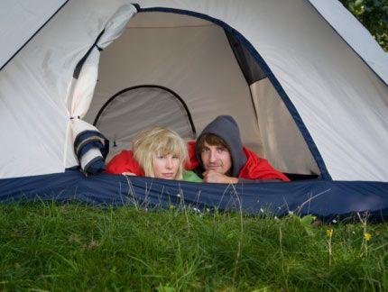 8.Evinizin bir bahçesi varsa, şehir kampı için gereken her şeye sahipsiniz demektir. Arka bahçenize bir çadır koyun ve yanınıza bir gece için gerekli her şeyi alın. El fenerleri, krakerler, şekerlemeler ve çikolatalar. Ufak bir radyoyu da unutmayın. İnanın bu hem sizin için, hem de sevgilinizi için çok eğlenceli bir deneyim olacak.